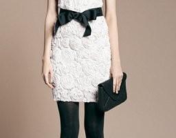 Vestido blanco con lazo negro de Zara