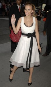 Scarlett con vestido blanco y lazo negro