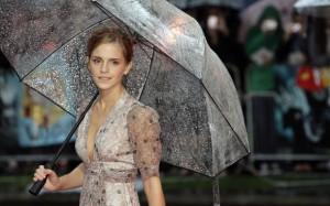 Emma Watson con paraguas transparente