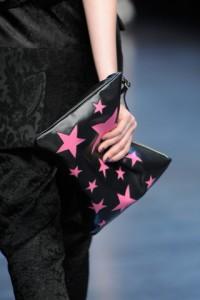 Bolso de mano de Dolce & Gabbana negro con estampado de estrellas rosas.
